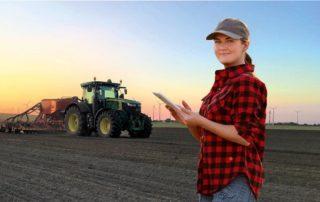 Frau mit Tablet auf einem Feld