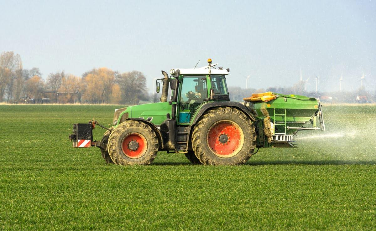 Traktor mit Düngerstreuer