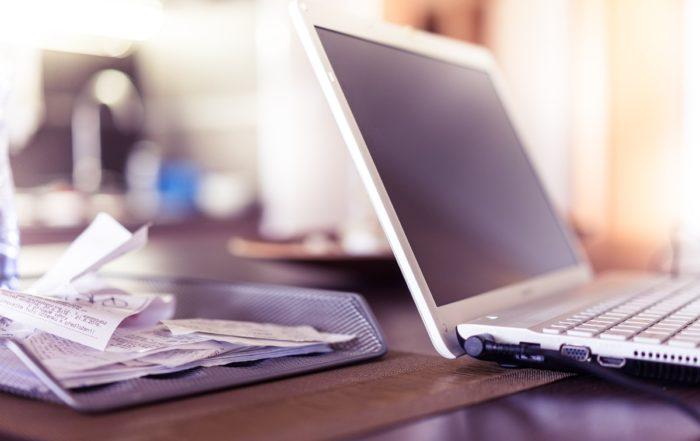 Biurko z laptopem i organizerem na dokumenty