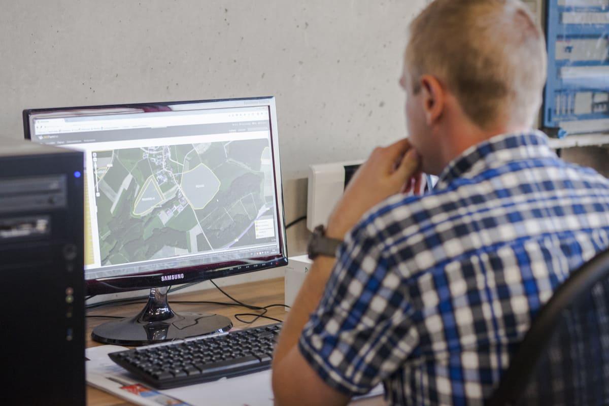 Landwirt arbeitet am PC