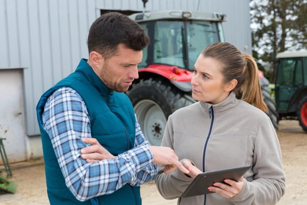 Mężczyzna i kobieta w gospodarstwie z tabletem