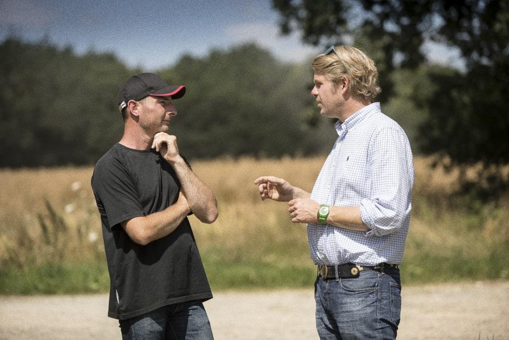 Rolnik rozmawia z ekspertami w dziedzinie rolnictwa