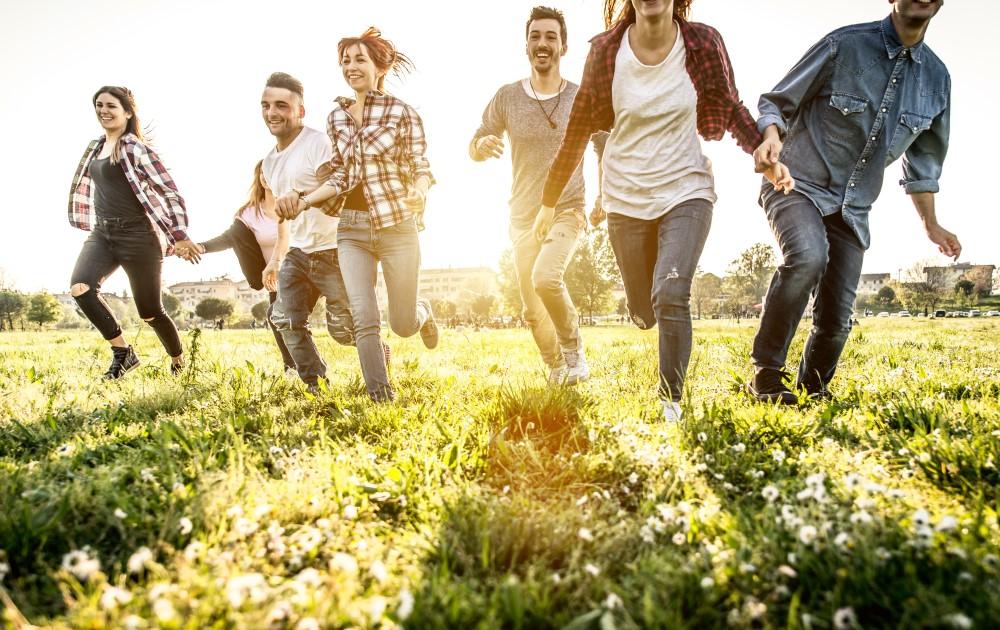 Grupa uczniów biegnąca razem po trawie, aby wspólnie zapisać się na Puchar Polski