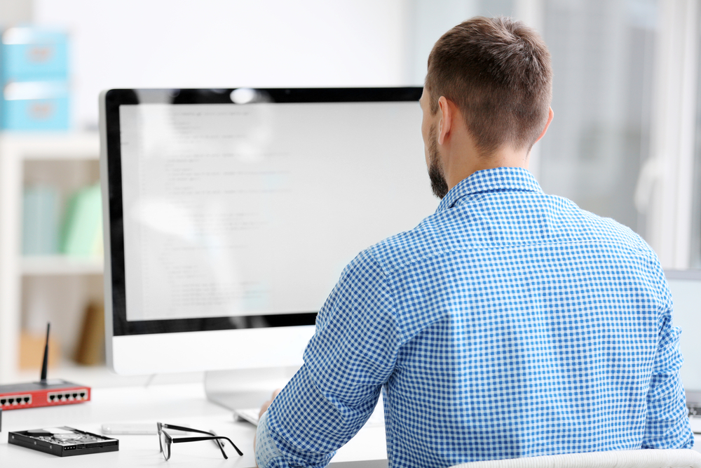 Mann arbeitet am PC