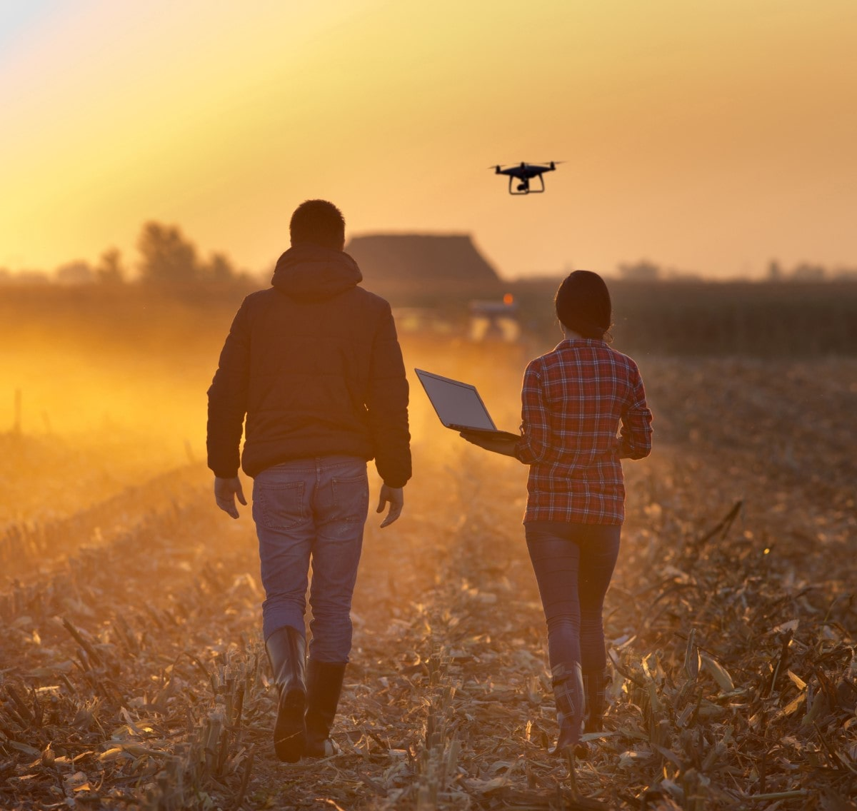 Landwirte mit Drohne auf einem Feld